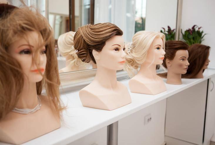 modelli di parrucche presso la casa del parrucchiere